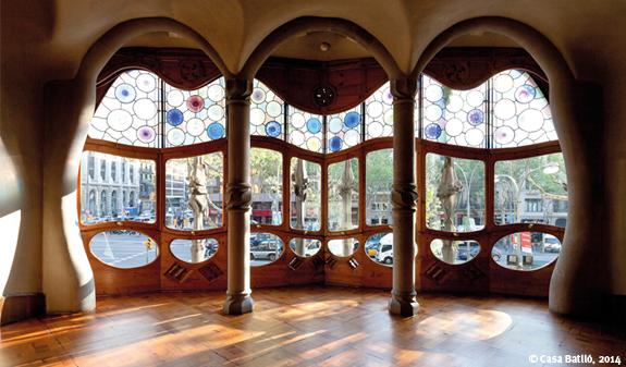 Průhled zevnitř domu Casa Batlló na ulici