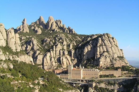 Obrázek kláštera na vrcholu Montserrat